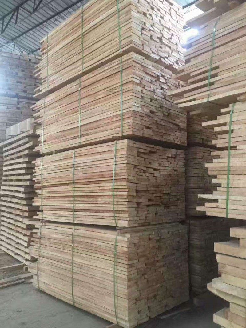 森隆木业供应橡胶木实木板材自然板 沙发料 凳子 楼梯等
